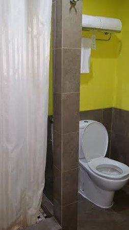 Hotel Santika BSD City: The bathroom