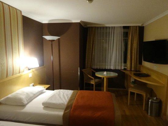 Austria Trend Hotel Ananas: Номер - вечер