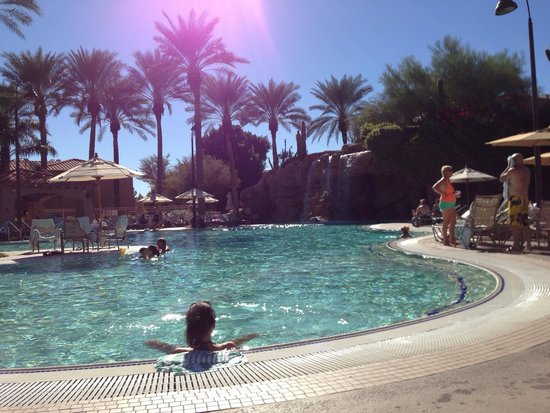 Sheraton Desert Oasis: Pool w waterfall is soothing and beautiful.