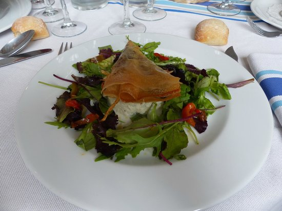 Hotel du Chene: Salade de brandade de morue, samossa de boudin noir, râpée de pomme de terre