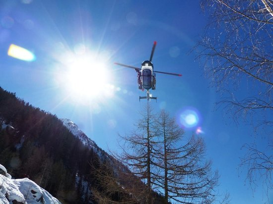 Vallee Blanche: Helicopter lifting out an injured skier