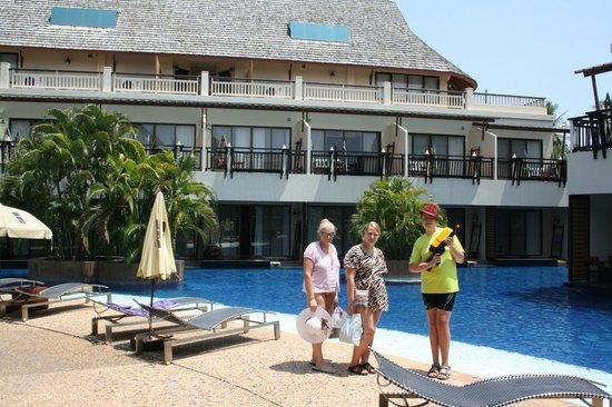 Cha-Da Beach Resort & Spa : Pool og værelse