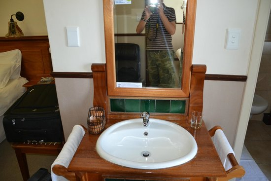 Turnberry Boutique Hotel: Waschbecken befindet sich außerhalb des Bades.