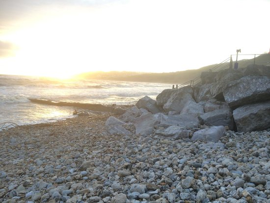 Fernhill Hotel: Nearby beach at Charmouth