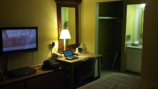 Travelodge - Ruidoso: Nice work area with outlet.