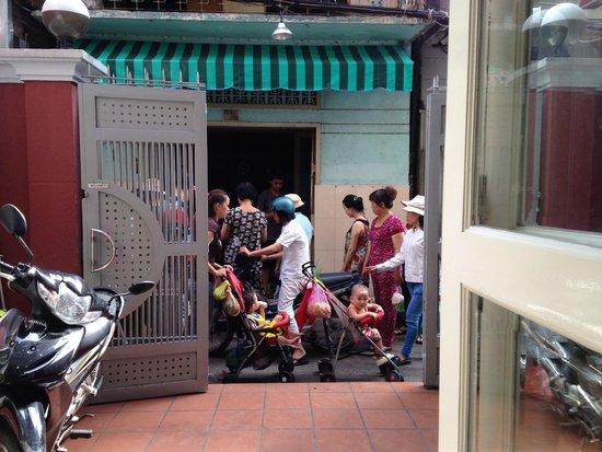 Cat Huy Hotel : 食堂から外を眺める
