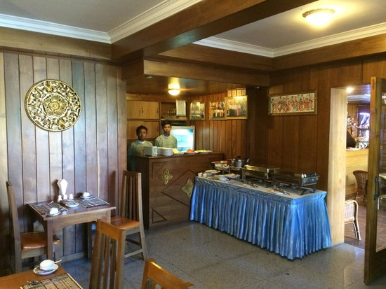 The Hotel Emperor : Small but adequate dining area.