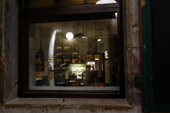 Zlatna Skoljka: 窓から店内の様子