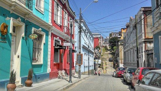 Puerta Escondida B&B: Entrada do B&B (em azul) e rua