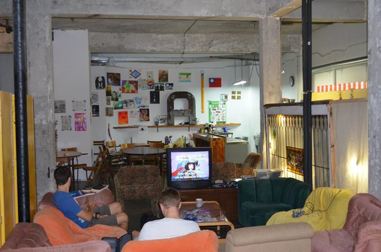 Alexandrie Hostel: TV, N64, dining area and kitchen to the right