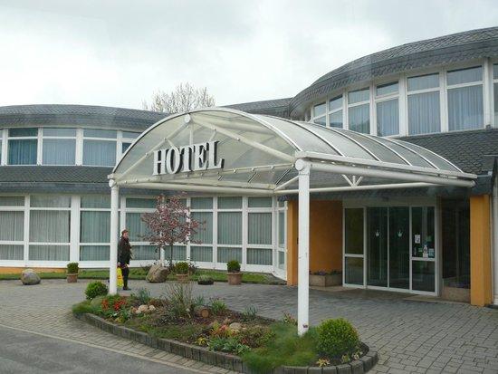 Avalon Hotelpark Koenigshof: Вход в отель