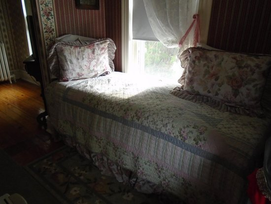 Highlawn Inn: Charming day bed