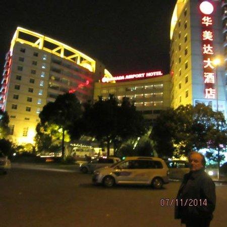 Ramada Pudong Airport Shanghai : frente do Hotel. esse que aparece na foto e meu esposo.