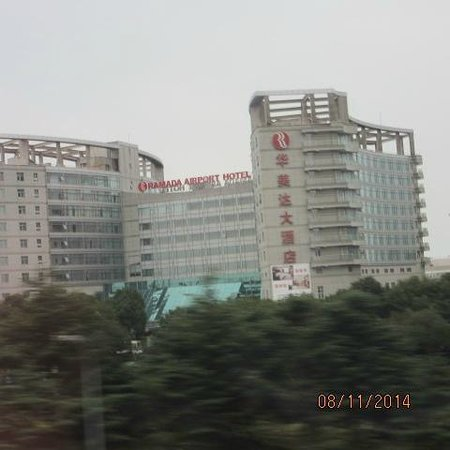 Ramada Pudong Airport Shanghai: Frente do hotel
