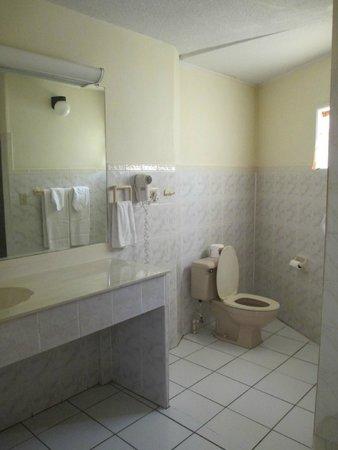 Bunker Hill Hotel: Bathroom, huge!