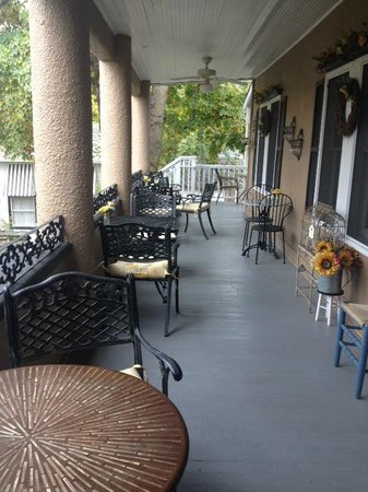 Magnolia Inn: The veranda
