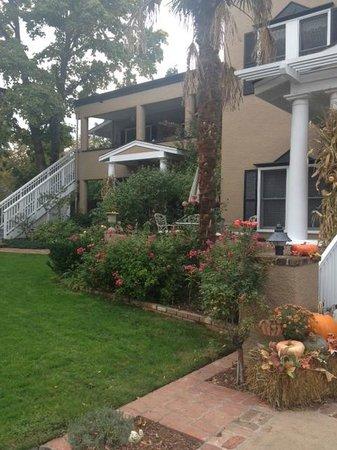 Magnolia Inn: Front and veranda