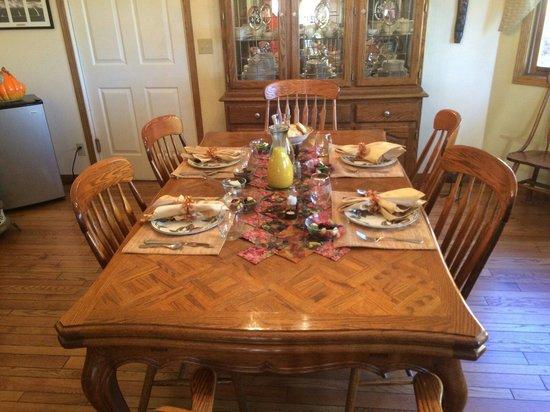 Wild Rose Inn: The dining room set for our breakfast!