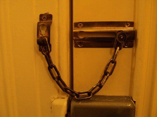 Shifnal, UK: Lock on door..... Spot the problem