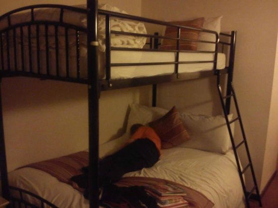 The Little Thatch  Hotel Gloucester: The bunk beds