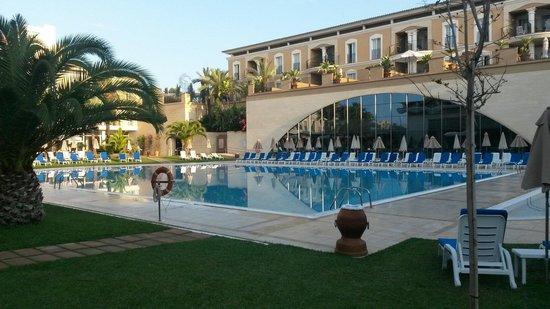 Grupotel Playa de Palma Suites & Spa : Toller Pool. Leider nicht beheizt
