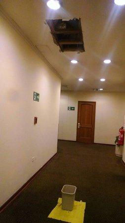 Hotel Diego de Almagro Santiago Centro: Goteira na frente do quarto.