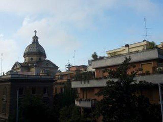 Residenza I Rioni: Vista dalla finestra della stanza su via Ezio Angolo Viale giulio cesare (il viale dell'hotel)