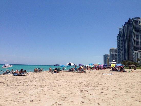 Travelodge Monaco N Miami and Sunny Isles Beach: Praia em frente ao hotel, vista para o lado direito