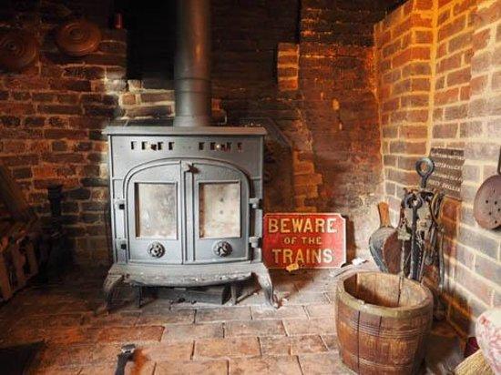 Eggpie B&B at Pond Cottage : fireplace