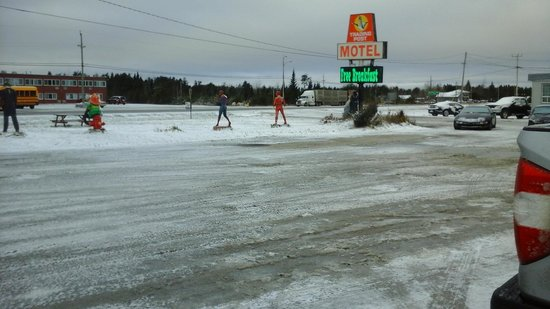 Trading Post Motel Ignace: No sand or salting, very slippery, had to walk to front desk for breakfast
