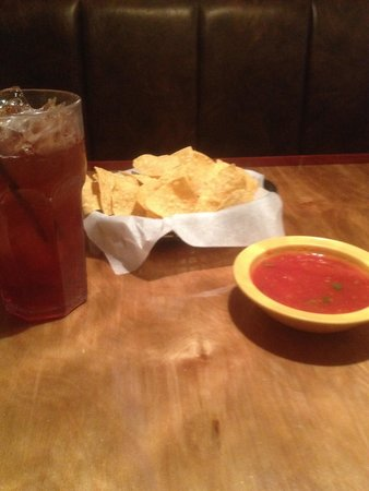 El Paso Mexican Grill: Big drink, chips and soupy salsa