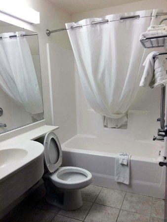 Microtel Inn & Suites by Wyndham Bryson City: Bathroom immaculate and bright