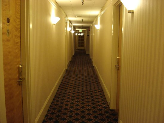 Monarch Hotel: Corredores do hotel