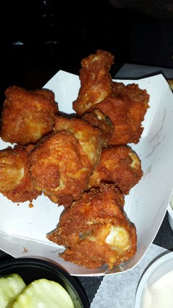 Monk's Bar & Grill: Huge fantastic, humongous wings!