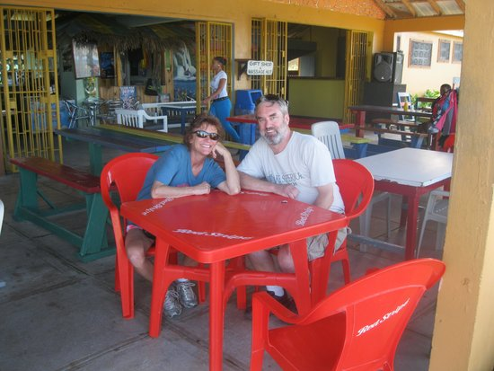 Flavours Beach Bar and Restaurant: Corey and Mary at Flavours