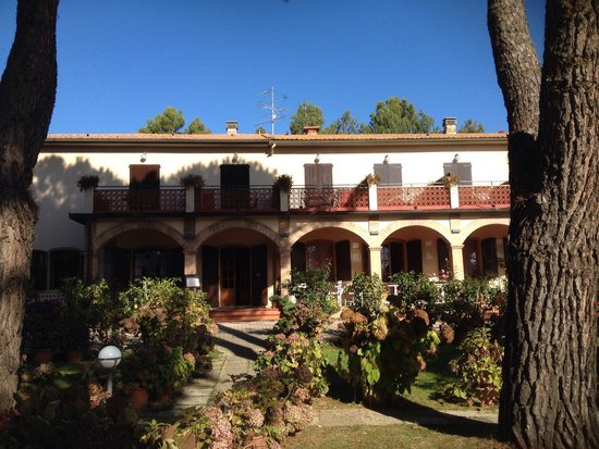 Hotel Le Renaie: The garden and patio