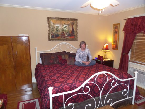 The Carriage House Bed and Breakfast: Inside the Diamond Bessie Room