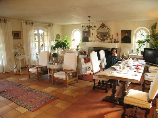 Le Mas Samarcande: Living room and breakfast area