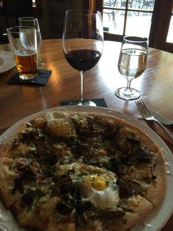 Cobblestone Wine bar @ Heritage Inn & Spa: Thin crust pizza