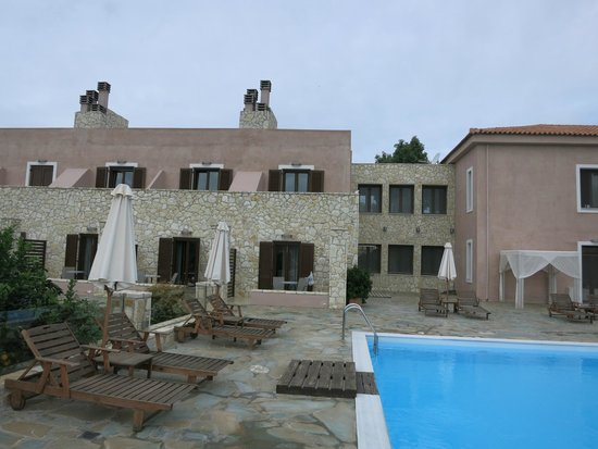 Hotel Perivoli : pool area and nice property from the outside