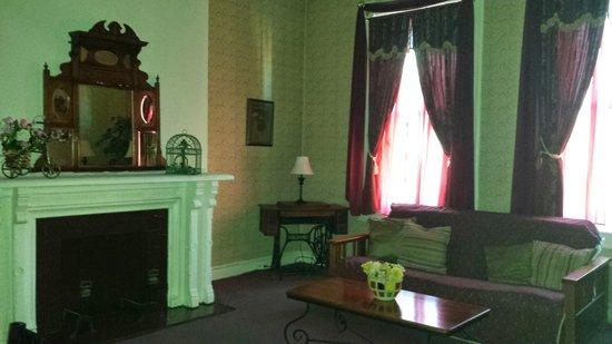Biltmore Suites Hotel: living room