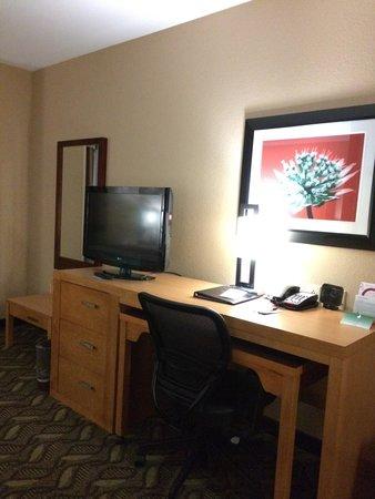 Comfort Suites Airport : TV/desk area