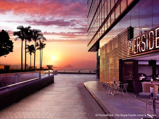 The Royal Pacific Hotel & Towers: Pierside Bar