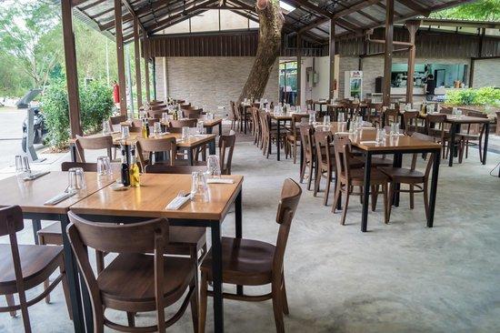 Picotin Express: Dinning area