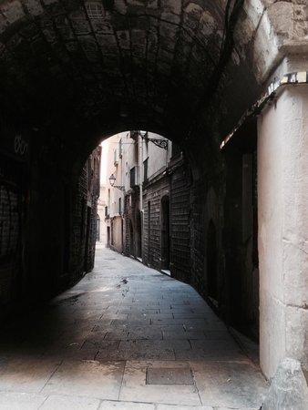 Ciutat Vella: 昼間ですが少し路地に入ると、また違う景色が!