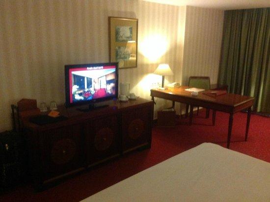Redtop Hotel Jakarta: TV and Desk