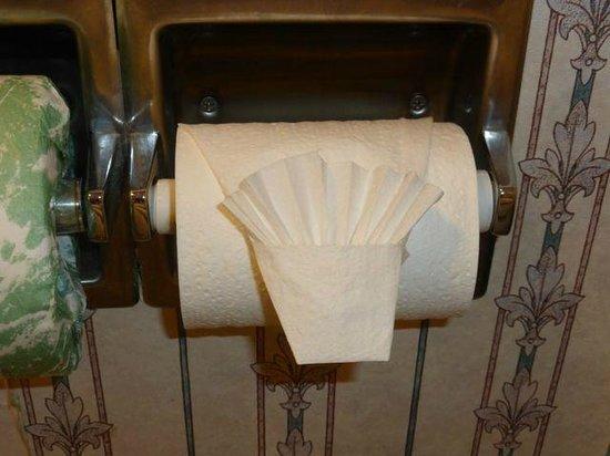 Comfort Inn & Suites: Fancy toilet paper end.