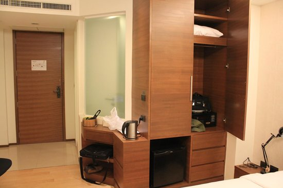 Marvin Suites : Wardrobe, kettle, mini fridge