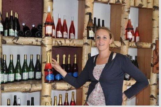 Le Puy-Notre-Dame, Prancis: Emilie et ses superbes dégustations du vins du Domaine