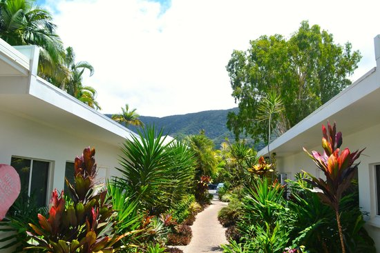 Sarayi Boutique Hotel: pathway leading to ground floor rooms